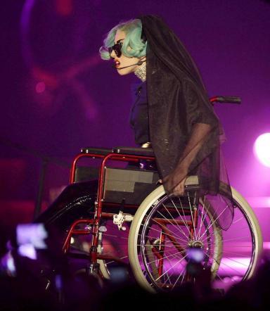 lady gaga sulla sedia a rotelle