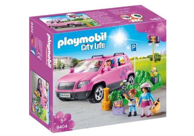 famiglia al parcheggio dell'outlet playmobil